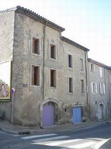 Charmante maison de village meublée avec 3 chambres, terrasse et garage.
