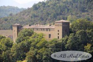 Château du 17ème siècle à rénover (prévoir gros budget), 1600m² espace au sol, +50 pièces, 2 tours