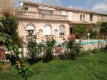 Spacieuse maison vigneronne entièrement rénovée avec 5 chambres sur 900 m² avec piscine.