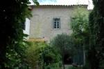 Maison de caractère et grange convertie avec 7 chambres, terrasses et cour verdoyante.