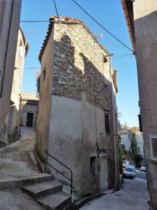 Charmante maison de village rénovée avec 2 chambres et grenier, dans un village recherché.