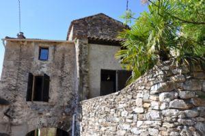 Charmante maison de village avec 108 m² habitables, caves et jolie terrasse avec vues.