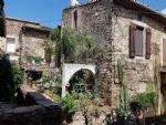 Jolie maison en pierres avec environ 130 m² habitables, 2 grandes terrasses et caves.