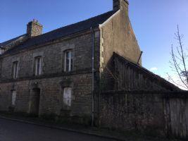 Maison de bourg 2/3 chambres à rénover avec petite cour