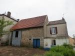 Petite maison et grange dans le centre du village