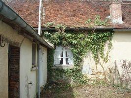 Une maison mitoyenne dans un petit hameau non loin du petit village de Tilly