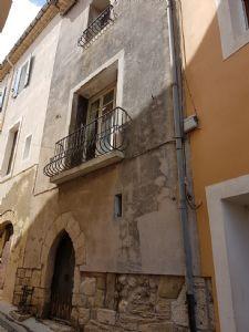 Maison de village de 85 m² habitables avec grenier aménageable, cave, courette et annexe.
