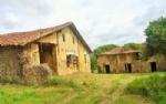 Corps de ferme ancien  en pleine campagne à rénover totalement.