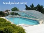 Grand jardin, grande piscine et une villa de quatre chambres à coucher de plain-pied inclus!