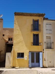 Maison de village de 97 m² habitables en bon état avec belle terrasse tropézienne.