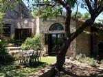 Jolie maison en pierres de 95 m² habitables sur 466 m² de terrain avec joli jardin et jacuzzi.