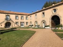 Charmant appartement dans ancien château viticole avec piscine, sauna et parking privé. Rare !
