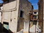 Maison de village atypique à rénover avec 110 m² habitables, garage, cour et terrasse.
