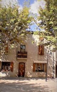 Spacieuse maison de village de 160 m² habitables avec possibilité de créer une terrasse.