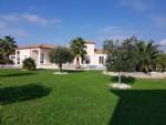 Villa d'architecte avec 5 chambres sur 2003 m² en partie constructibles avec vues et piscine.