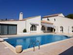 Villa d'architecte de 285 m² habitables sur 2165 m² de terrain avec piscine et superbes vues.