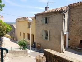 Jolie maison en pierres de 55 m² habitables dans un beau village pittoresque.