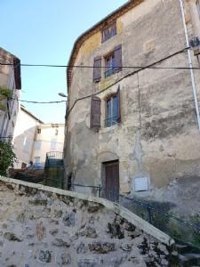 Maison de village de caractère avec 2 chambres, cave et grenier, au centre du village.