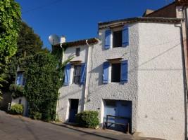 Très jolie maison de village de 115 m² habitables avec terrasse et garage aménagé.