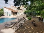 Remise en pierres rénovée avec 325 m² habitables sur un parc arboré de 1025 m² avec piscine.