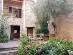 Jolie maison en pierres rénovée avec gîte, studio, caves, cour de 50 m² et terrasses avec vues.