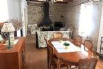 Maison vigneronne en partie rénovée avec 3 chambres, grenier aménageable, garage et terrasse.