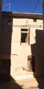 Charmante maison de village à rénover de 55 m² habitables et grenier aménageable.