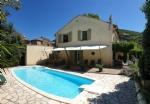 Jolie villa offrant 2 appartements sur 1010 m² avec piscine, terrasses et vues.