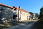 La propriété se situe dans un hameau, proche de Chatelus Malvaleix