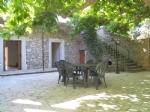 Vieille maison de vigneron avec piscine, jardin et cour.