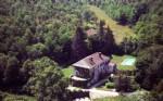Maison de maître (550m2) et ferme (275m2) sur un domaine boisé de 17ha traversé par une rivière