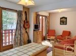 Un appartement avec 2 chambres, 2 salles de bains et un balcon.