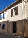 Maison de village à moderniser avec 60 m² habitables, grenier aménageable et cour/terrasse.