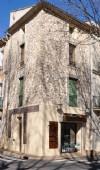 Dans un village recherché, maison de village à finir de rénover avec local et appartement.