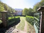 Somptueuse demeure offrant maison principale et dépendances sur 12463 m² de terrain.