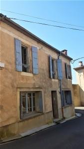 Agréable maison de village avec 4 chambres et garage dans un village animé.
