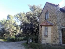 Unique loge du portier de château d'environ 130 m² habitables sur 3000 m² de terrain boisé.