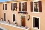 Jolie maison vigneronne rénovée avec habitation principale, studio indépendant et terrasse.