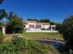 Villa confortable de 150 m² habitables avec 5 chambres sur 3098 m² de terrain avec piscine.