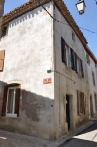 Charmante maison de village meublée avec 2 chambres et possibilité de créer une terrasse.