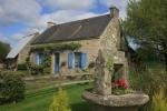 Maison en pierre avec piscine couverte.