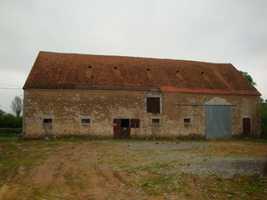 Grange Indépendante à Rénover avec C.U. et Terrain dans un Petit Hameau près de La Châtre