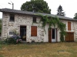 Petite maison en pierre dans hameau tranquille