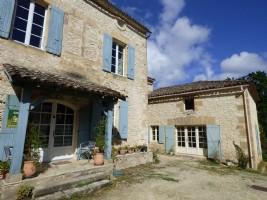 Maison de bourg en pierre avec 2 gîtes et piscine - Terrain de 2276 M²