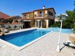 *Grande maison avec piscine dans quartier privilégié