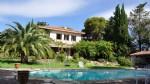 Dans un cadre magnifique avec vues, jolie maison sur 8000 m² de terrain avec piscine !