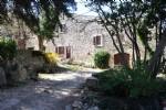 Ancien mas rénové sur 4 hectares avec source et vues imprenables, près d'un village recherché !