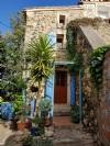Charmante maison de village de 100 m² habitables avec jardin de 200 m², terrasse et piscine.