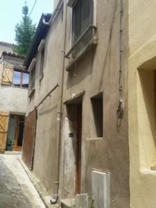 Maison de village de 48 m² habitables à rénover avec atelier.