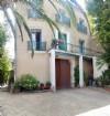 Grande maison de caractère de 235 m² habitables avec jolie cour et terrasse avec superbes vues.